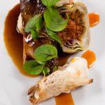 carne con carciofi e pane con mozzarella, piatto dello chef stellato riccardo di giacinto, ristorante all'oro 1 stella michelin