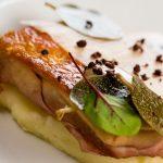 letto di purea di patate e carne in crosta, realizzato dallo chef 1 stella micheln riccardo di giacinto, ristorante all'oro roma